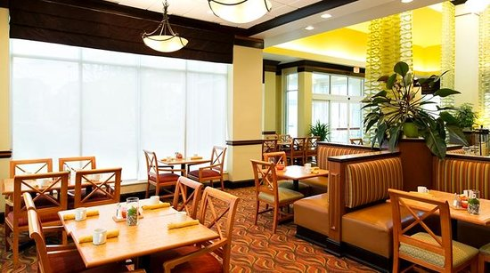 Hilton Garden Inn Indianapolis/Carmel: Relax and enjoy a meal in the dining area