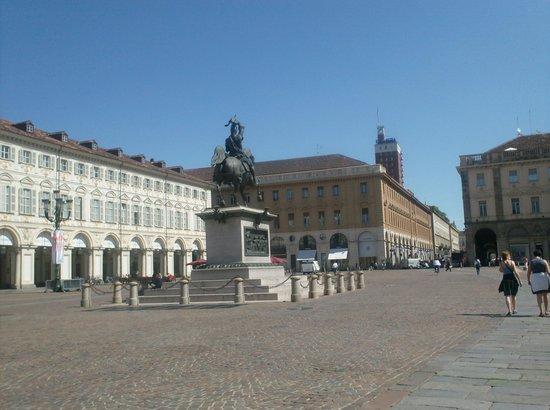 Hotel Roma e Rocca Cavour: een van de vele mooie pleinen