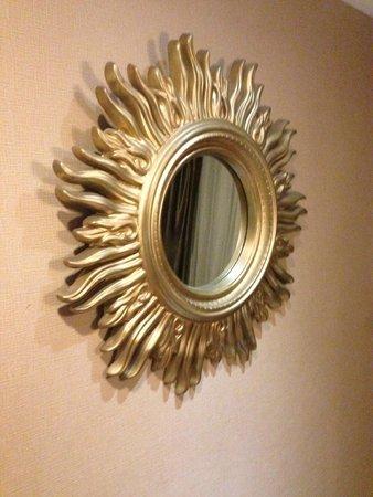 Royal Garden Hotel: wall mirror