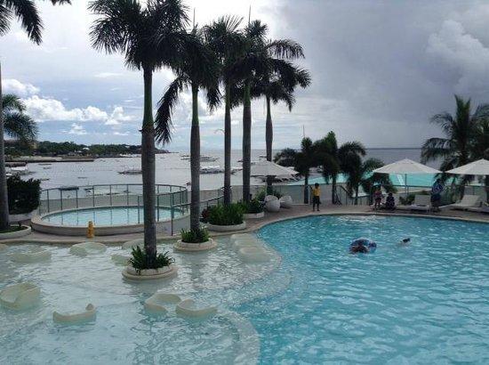 Movenpick Hotel Mactan Island Cebu: Бассейн и пальмы