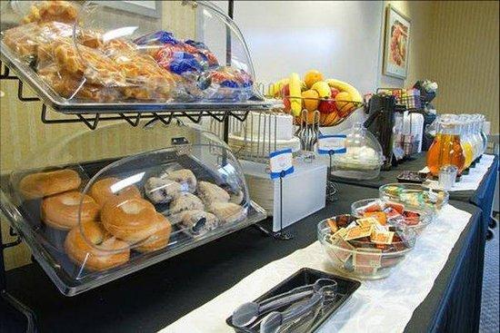 Comfort Inn Aeroport : Breakfast is on us !