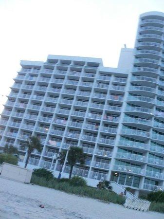 Sandy Beach Resort: hotel taken from the beach