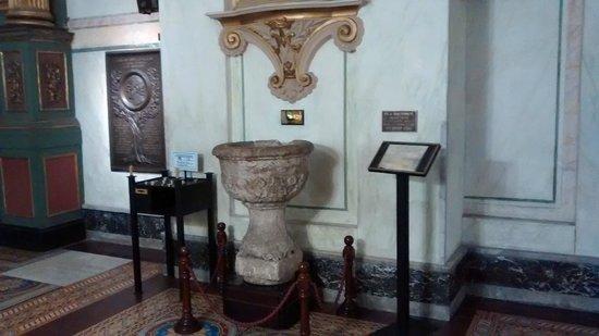 Catedral Matriz: Pia batismal de Artigas.