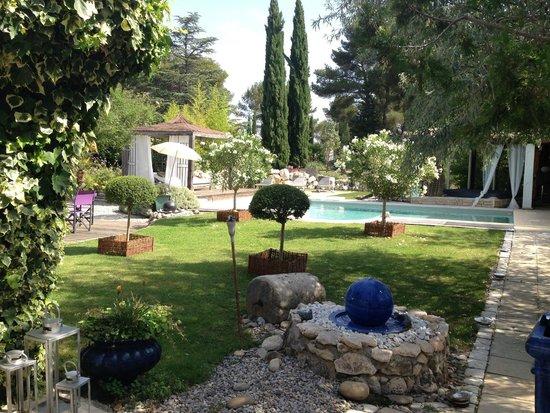 La Clé des Songes : Prachtige tuin met zwembad. Het uitzicht vanaf je ontbijt tafel.