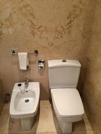 Melia Galgos: Bathroom