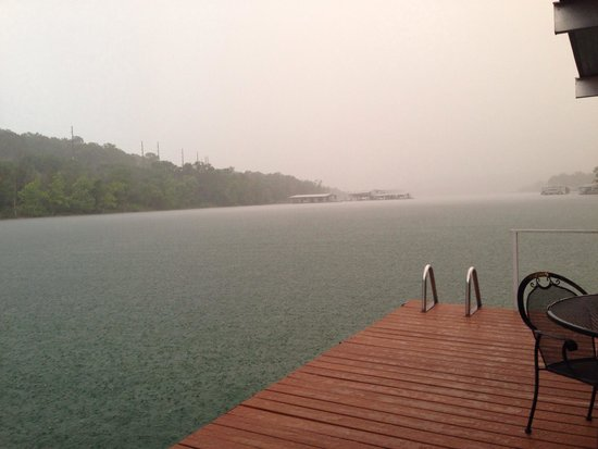 Cedar Wood Resort: Even in a rainy day you can enjoy the view on the porch swings under the dock - June 2014