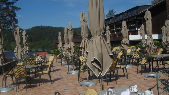 Treschers Schwarzwald Romantik Hotel: Terrace at the lake