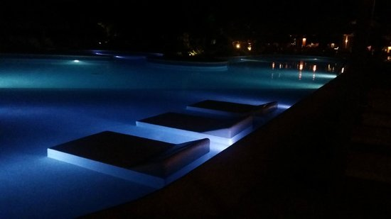 Catalonia Royal Bavaro: Pool at night