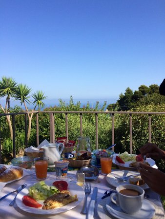 Villa Damecuta: Amazing breakfast with this beautiful view! Fresh eggs, vegetables and salad, all from their chi