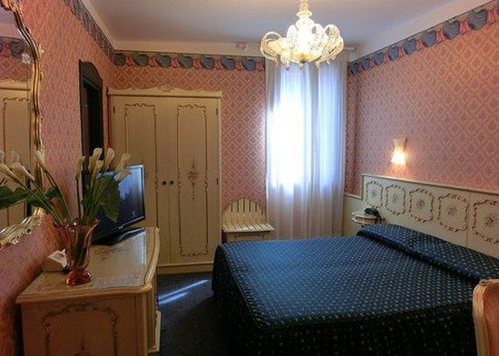 Hotel Diana: Queen Room NQIT
