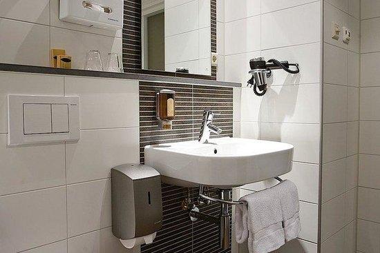 Hotel Amsterdam - De Roode Leeuw: Bathroom Comfort Room