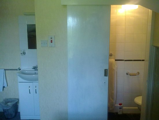 Brooklands Guest House: bathroom, as small as they can get