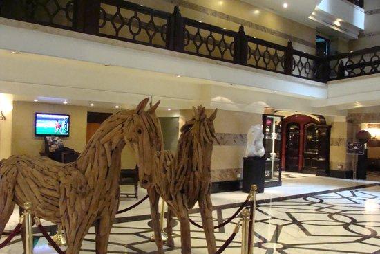 Panamericano Buenos Aires Hotel: Escultura en el hall de entrada