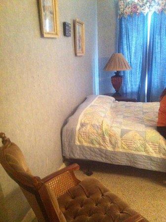 The Preston County Inn: bed