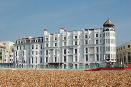 Queens Hotel: Exterior View From Beach