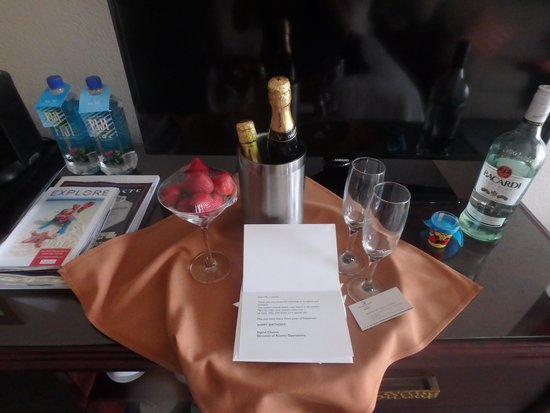 Grand Cayman Marriott Beach Resort: Wine & Fruit