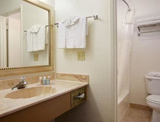 Travelodge Inn and Suites Yucca Valley/Joshua Tree Nat'l Park: Bathroom
