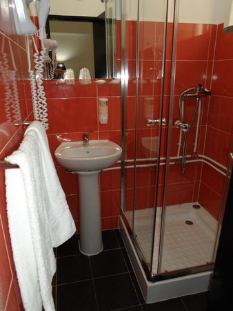 Residencial A Cubata: The tiny bathroom