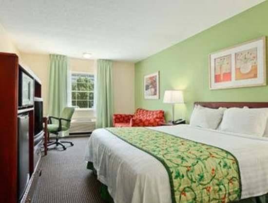 Baymont Inn & Suites Jefferson City: Standard One King Bed