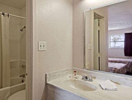 Super 8 la Marque TX/Texas City Area: Bathroom