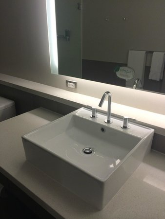 Element Dallas Fort Worth Airport North : Sink view and towel bar in mirror