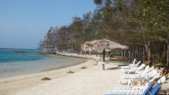 Fantasy Island Beach Resort: playa a la derecha resort