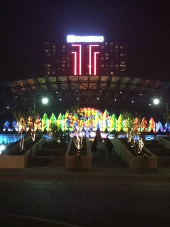 Seneca Niagara Resort & Casino: Front of the Casino/Hotel at night