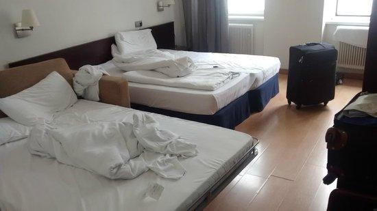 Mate Dependance Hotel: O quarto, com as três camas.