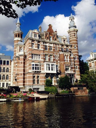 Apollo Museumhotel Amsterdam City Centre: View from across the canal