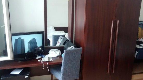 Mate Dependance Hotel: TV, mesa e guarda-roupa