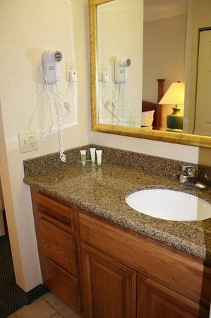 Staybridge Suites Grand Rapids/Kentwood: Guest Bathroom with Newly Installed Granite