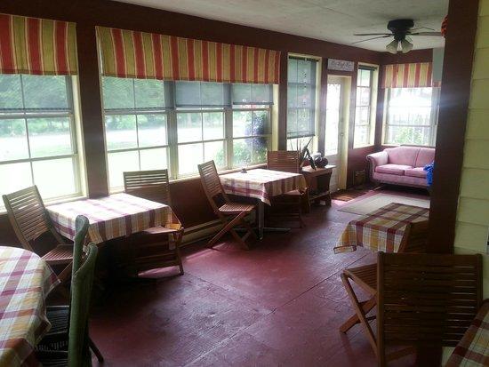 The Wandering Pheasant Inn: Enjoy breakfast in the wrap-around verandah