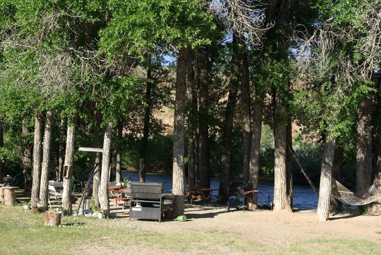 Black Bear Inn : Camp fire area with hammocks next to the Wind River