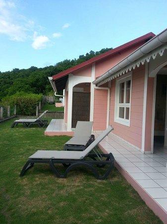 Hotel Bois Joli: Petite terrasse des bungalows