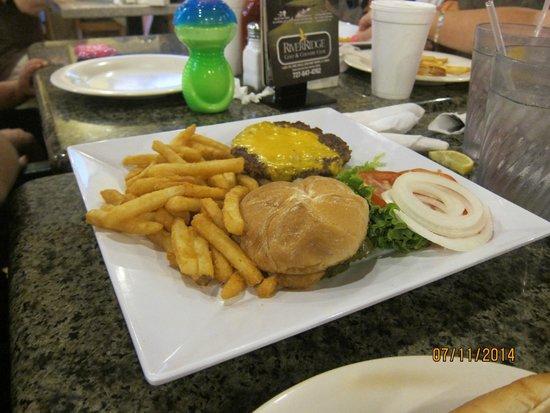 Central Park Family Restaurant: cheeseburger