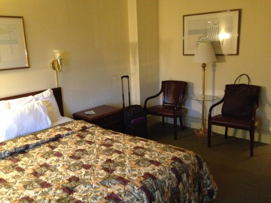 The Boston Common Hotel and Conference Center : Spacious Queen room