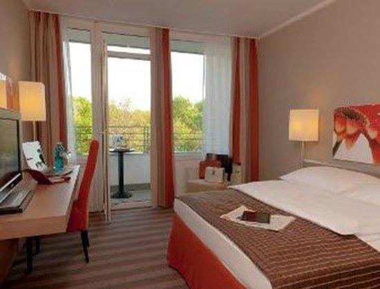 H4 Hotel Frankfurt-Messe: Guest Room