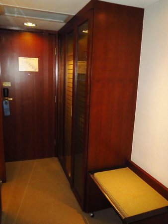 Novotel Century Hong Kong: Luggage stand, closet