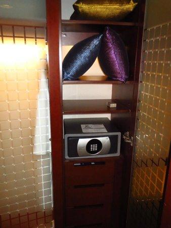 Novotel Century Hong Kong: Safe inside closet