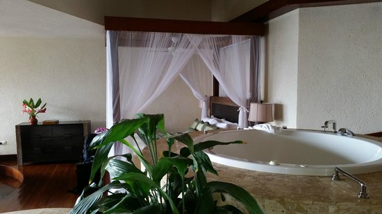 Jade Mountain Resort: Comfy bed with netting