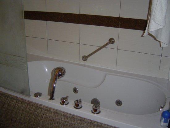 Hotel & Club Lella Meriam : Banheira de hidro-massagem avariada