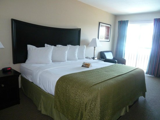 Inn at Lincoln City: King-size bed