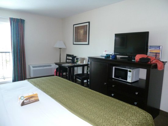 Inn at Lincoln City: Flat-screen tv, fridge and micro, table and chairs.