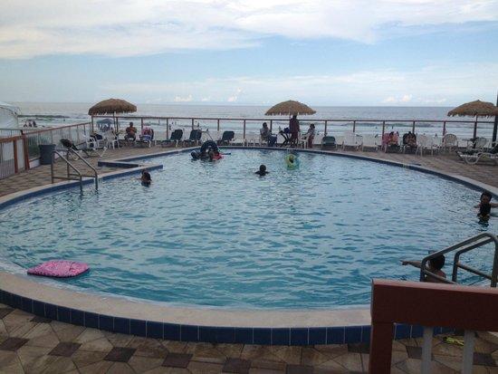 Roomba Inn & Suites: pool pic