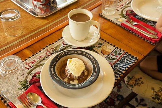 Shearer Hill Farm B&B: Delicious baked apples with ice cream for breakfast.