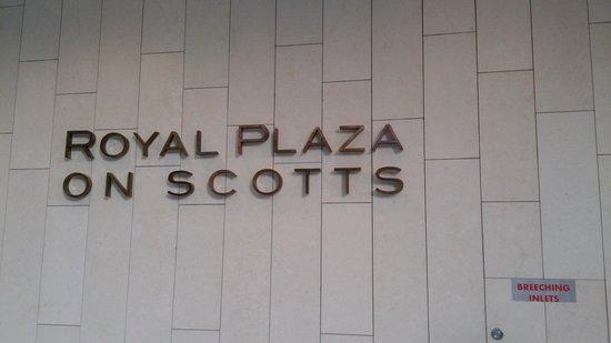 Royal Plaza on Scotts: ホテルの入口