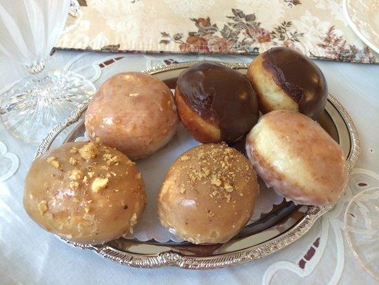 Cedar Gables Inn: Home made doughnuts!
