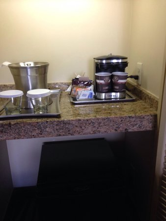 Hilton San Diego Resort & Spa : Coffee ice holder and fridge black on the bottom