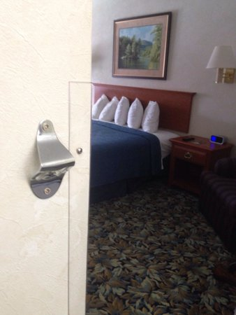 Quality Inn Lake George: Any room that comes with a built in bottle opener is a 5 star in my book.