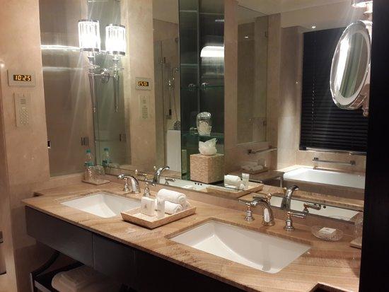 The Leela Palace Chennai: Bathroom 2